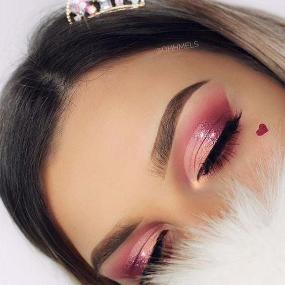 chica con maquillaje en colores rosa pastel