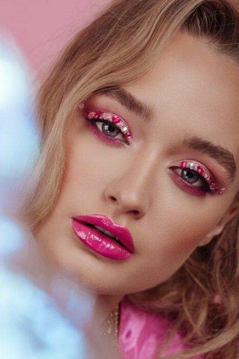 maquillaje en colores rosa fucsia con delineado de corazones