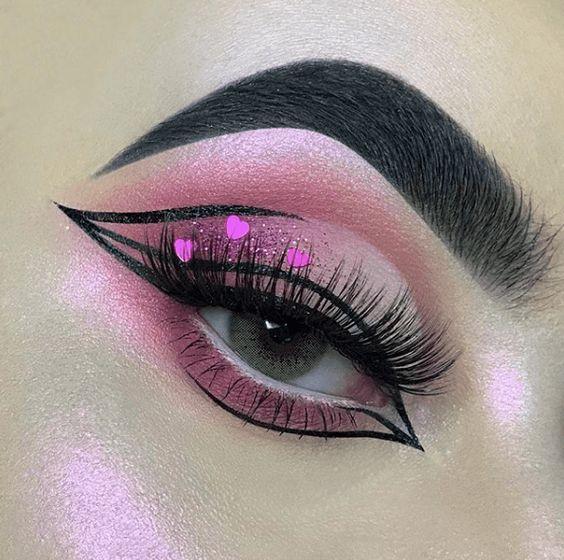 sombra de ojos rosa con delineado doble y corazones a la orilla
