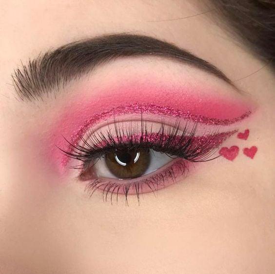 sombra de ojos en color fucsia con corazones diamantados