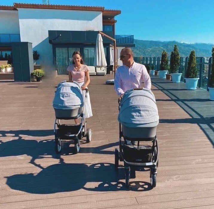 Christina y Galip dando un paseo con dos de sus hijos