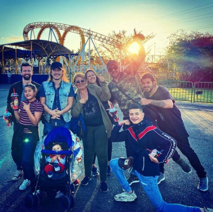 Familia Jímenez en un parque de diversiones