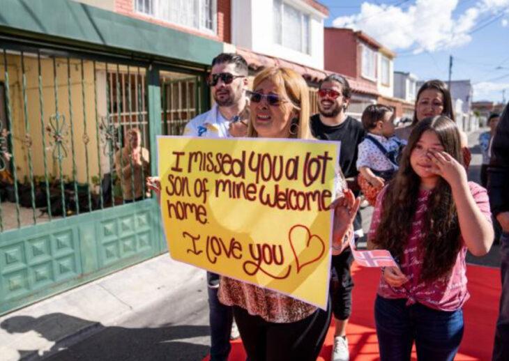 Ana con un cartel dándole la bienvenida a Jonathan