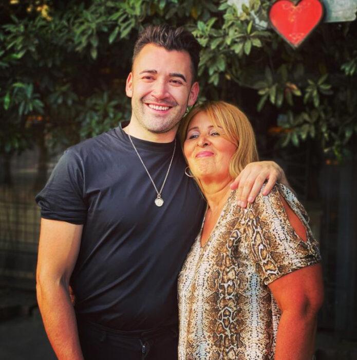 Jonathan y su mamá posando para un foto