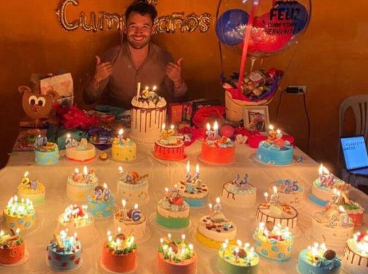 Jonathan con sus pasteles de cumpleaños