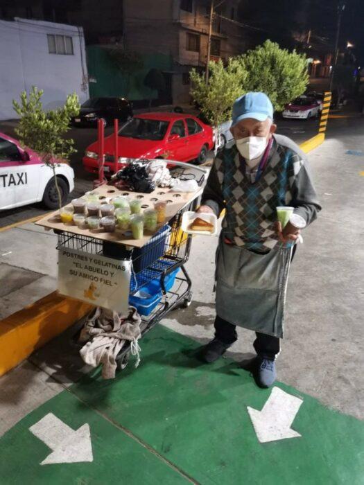 Abuelito junto a su perro vendiendo gelatinas