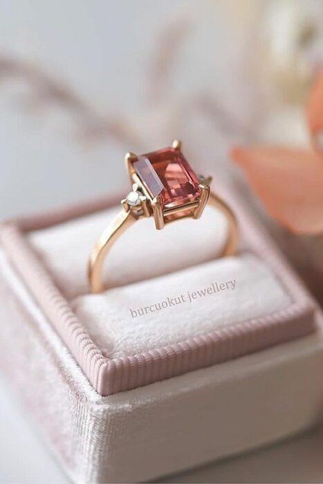 Anillo de compromiso color dorado con piedra color rosa