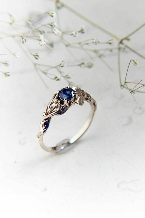 Anillo de compromiso color plateado con piedra color azul amrino