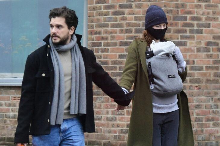 Kit Harrington y Rose Leslie paseando por las calles de Londres con su bebé