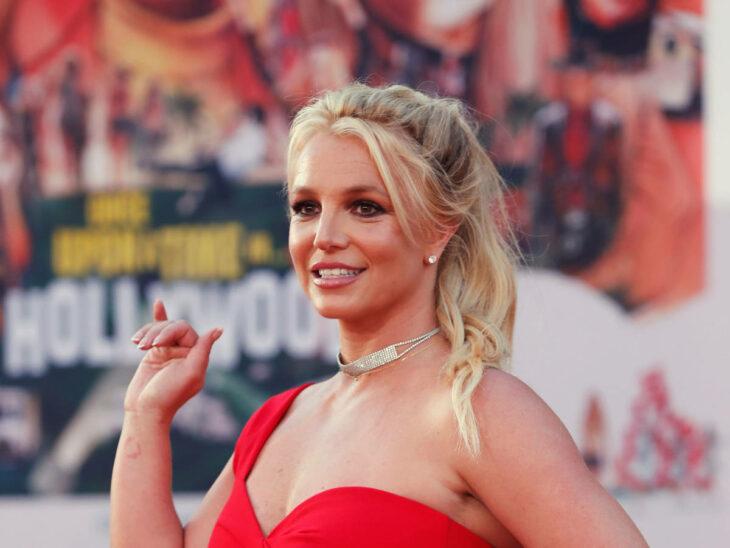 Britney Spears saludando en un alfombra roja
