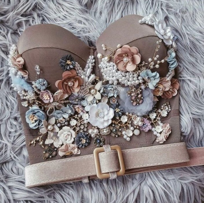 Beige corset with flower decoration and pearl belt