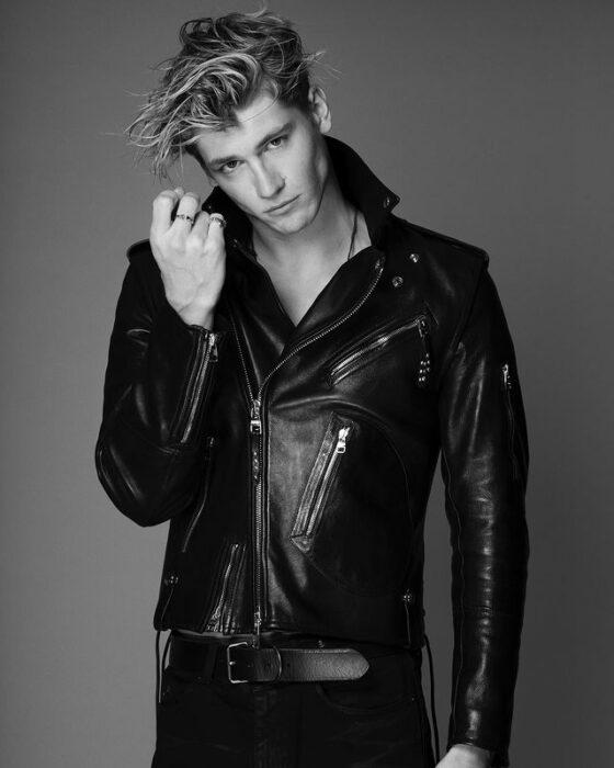 Danny Griffin con chaqueta de cuero en color negro