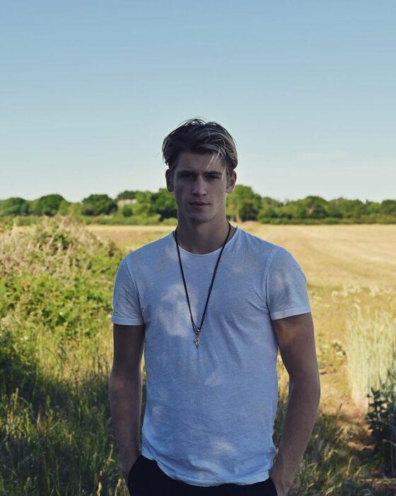 Danny Griffin en un campo posando para una fotografía