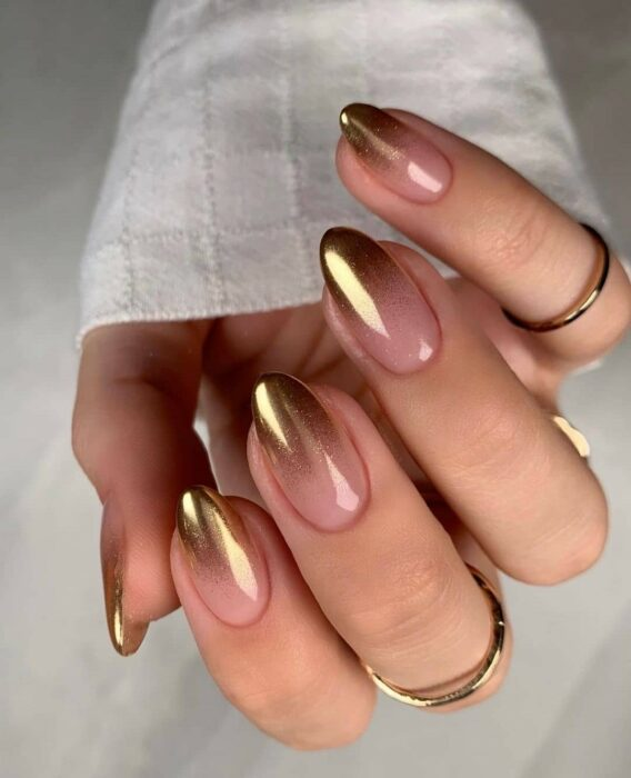 Oval tip nails with a golden and natural touch