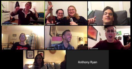 Amigos cantando karaoke por medio de plataforma zoom