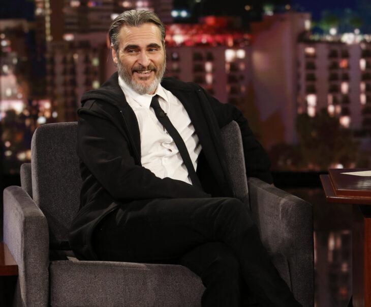Joaquin Phoenix sentado en una entrevista de televisión
