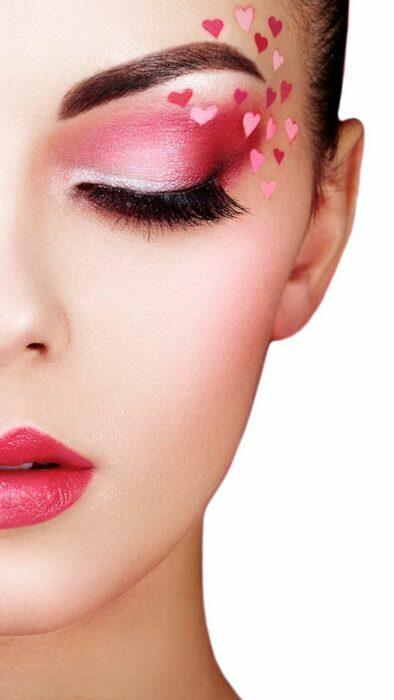 Maquillaje inspirado en San Valentín en colores rosa, rojo y blanco