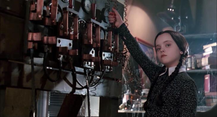 Escena de 'Los locos Adams' en la que se ve a Merlina
