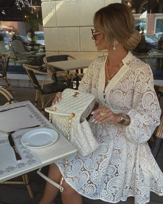 Victoria Fox usando vestido color blanco con detalle tipo encaje