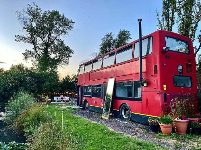 autobús de dos pisos estacionado junto a un lago; Pareja compra un autobus de dos pisos y lo hace una mansión