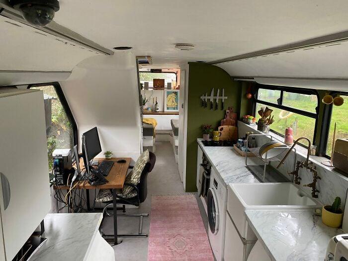 cocina dentro de un autobús de dos pisos;  Pareja compra un autobus de dos pisos y lo hace una mansión