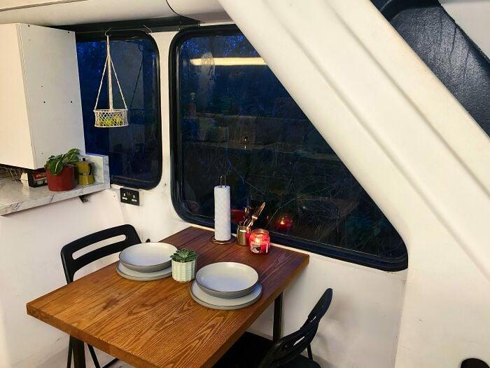 comedor dentro de un autobús de dos pisos; Pareja compra un autobus de dos pisos y lo hace una mansión