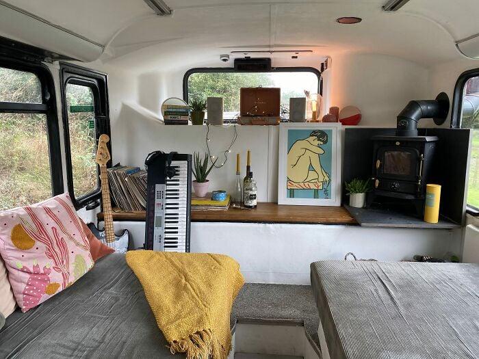 recamara de descanso dentro de un autobús de dos pisos; Pareja compra un autobus de dos pisos y lo hace una mansión