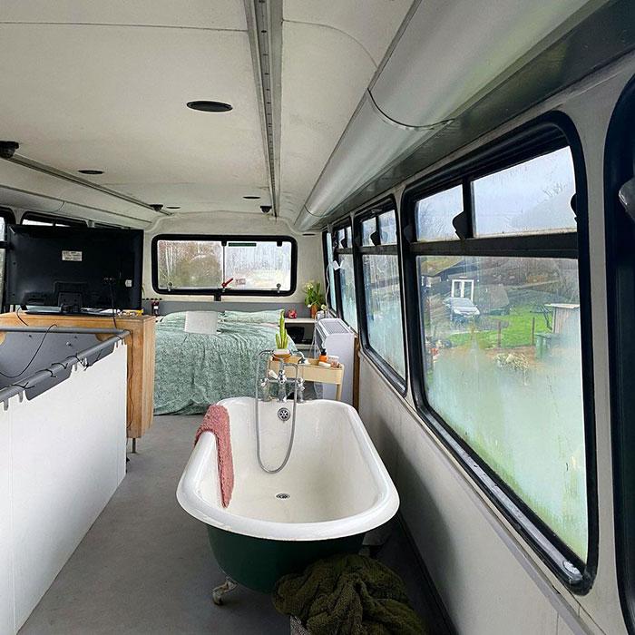 Bañera dentro de un autobús de dos pisos; Pareja compra un autobus de dos pisos y lo hace una mansión