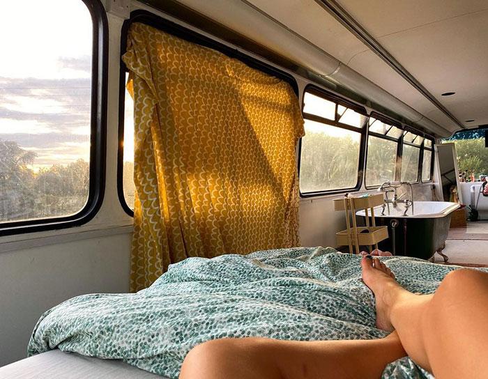 Chica recostada dentro de un autobús de dos pisos, Pareja compra un autobus de dos pisos y lo hace una mansión
