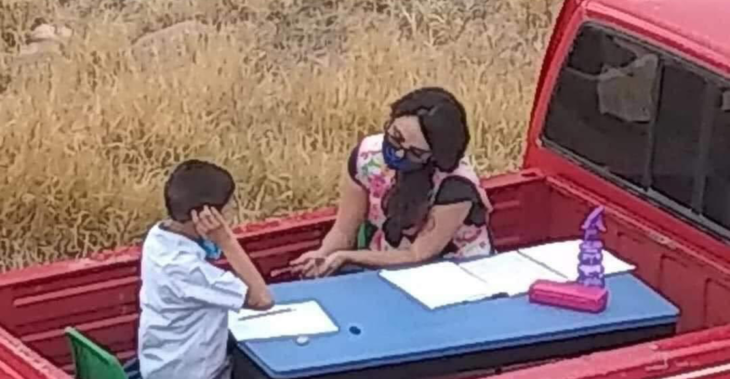 Maestra Nallely impartiendo clases en su camioneta