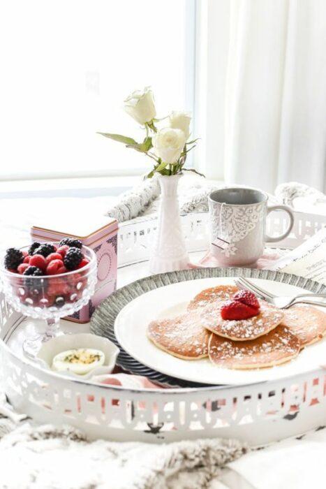 Charola para desayuno en la cama con diferentes alimentos en ella