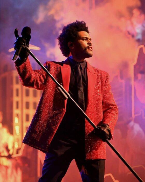 The Weeknd realizando el show de medio tiempo del Super Bowl 2021