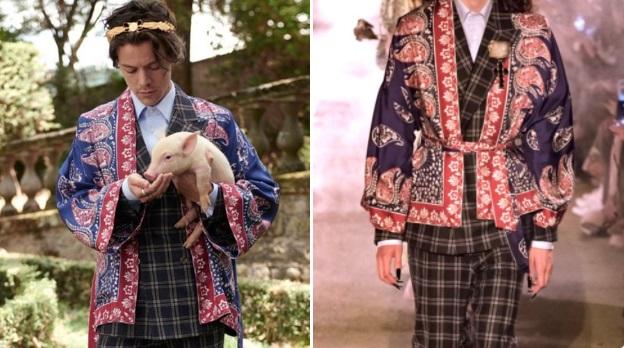 Harry Styles vistiendo una saco de Dolce y Gabbana azul con rojo mientras sostiene en sus brazos a un cerdito