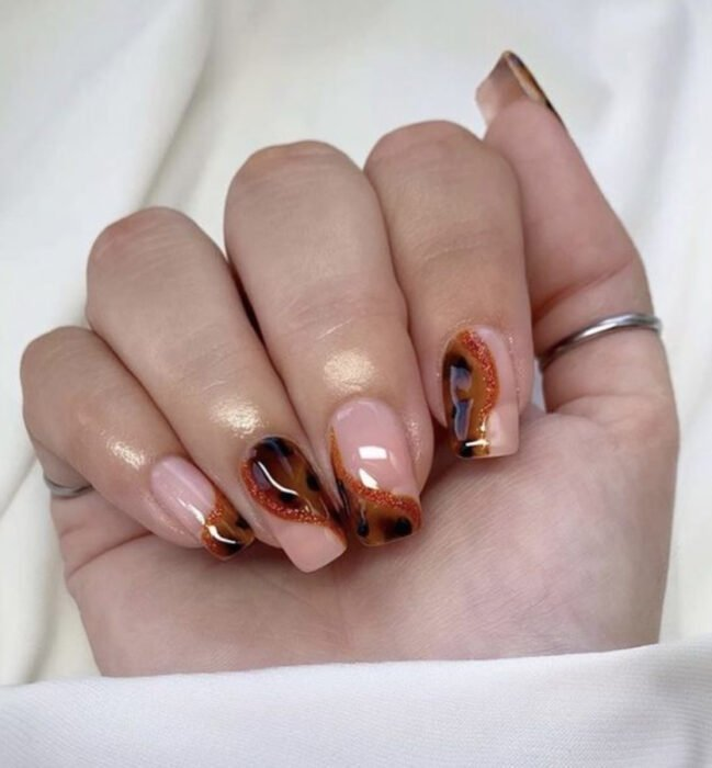 Manicure with tortoiseshell design and line with sparkles and nude tone
