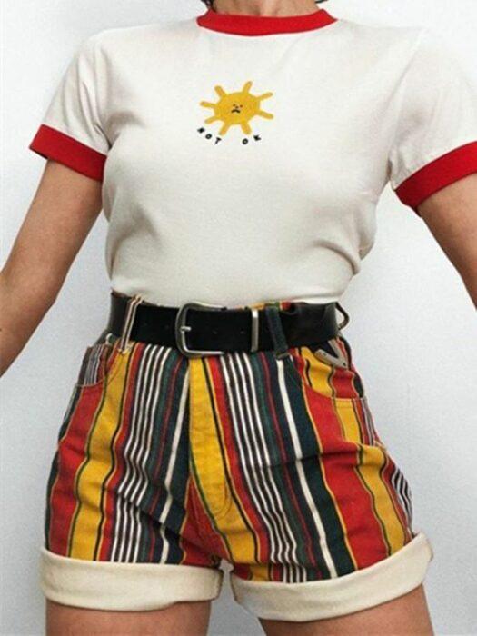 chica llevando short corto con rayas amarilla, verde y blanca