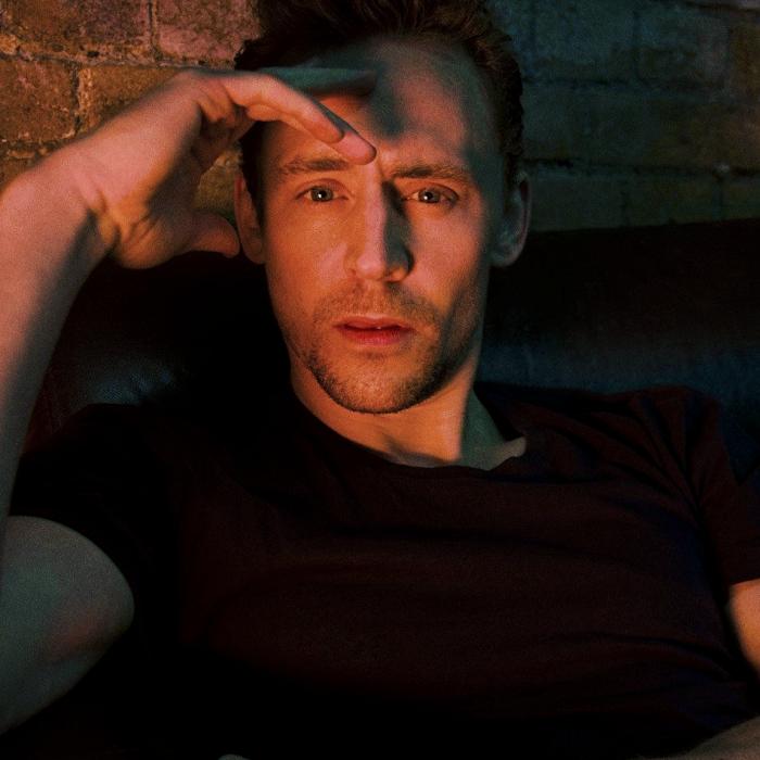 tom hiddleston con camiseta negra
