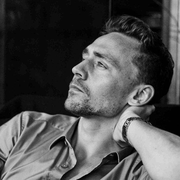 tom hiddleston con camisa de vestir