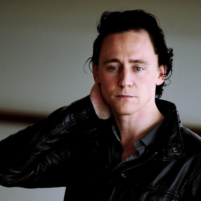 tom hiddleston con camisa negra de vestir