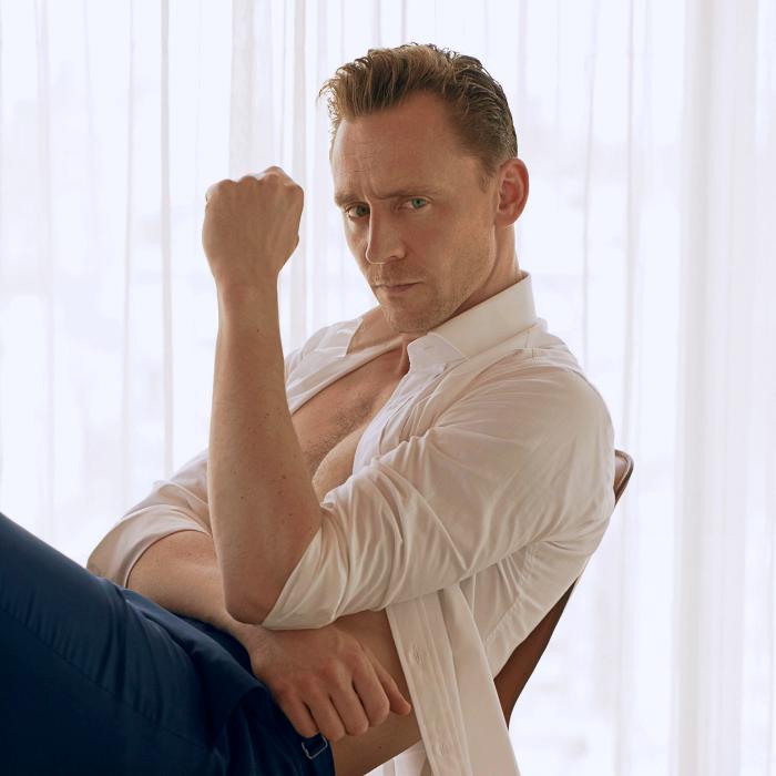 tom hiddleston con camisa blanca y pantalones de vestir azules
