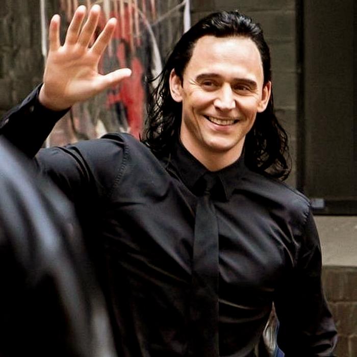 tom hiddleston como loki con cabello negro largo, camisa negra de vestir y corbata negra