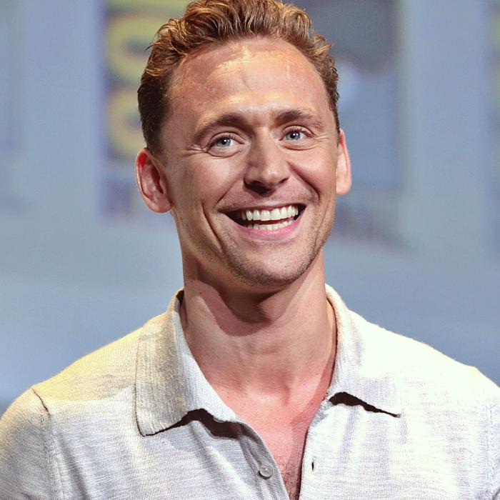 tom hiddleston con camisa blanca de vestir
