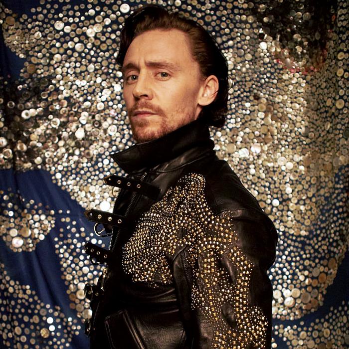 tom hiddleston con chaqueta negra con dorado