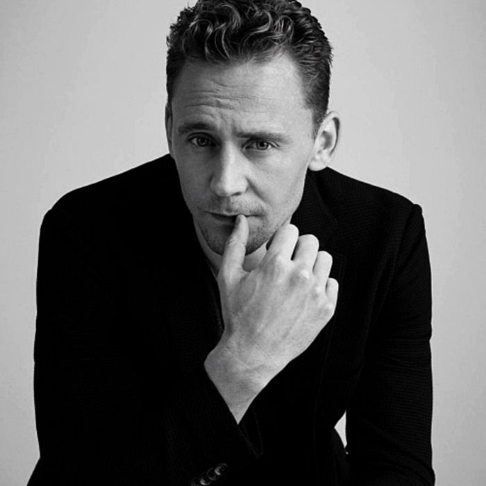 tom hiddleston con traje negro