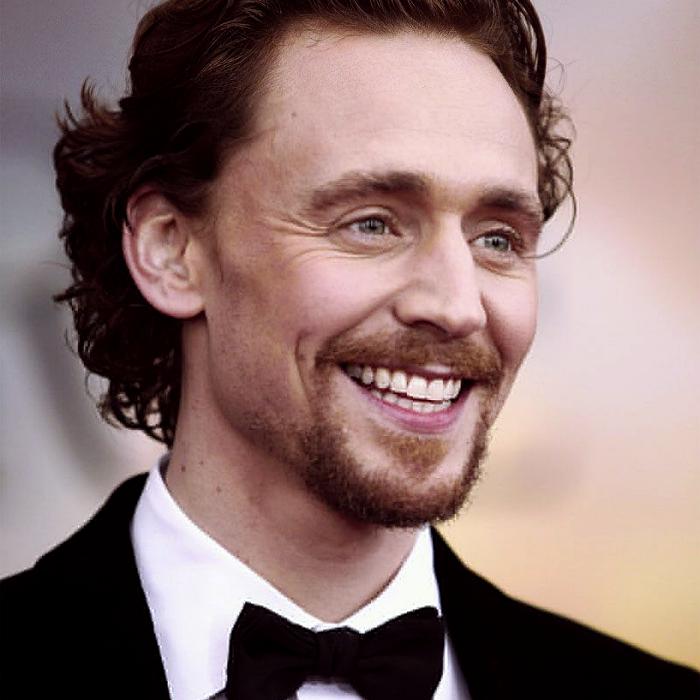 tom hiddleston con traje negro, corbatín negro de moño, camisa blanca de vestir