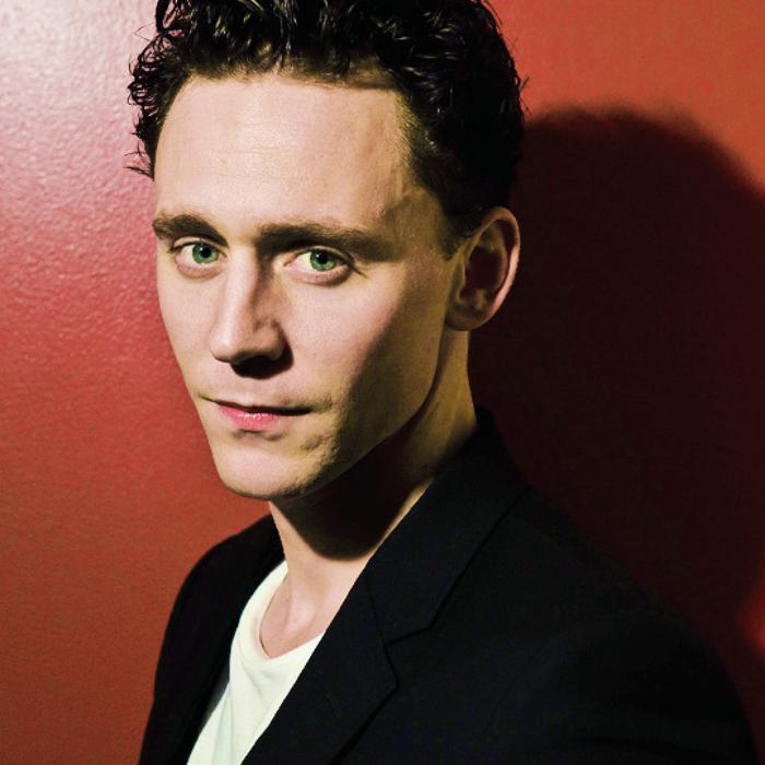 tom hiddleston con camiseta blanca y saco negro