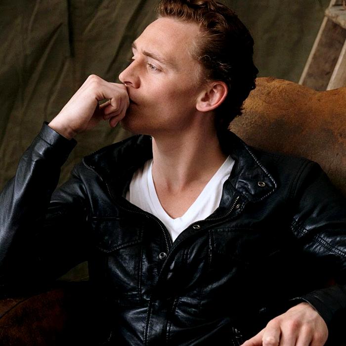 tom hidleston con camiseta blanca y chamarra negra de cuero
