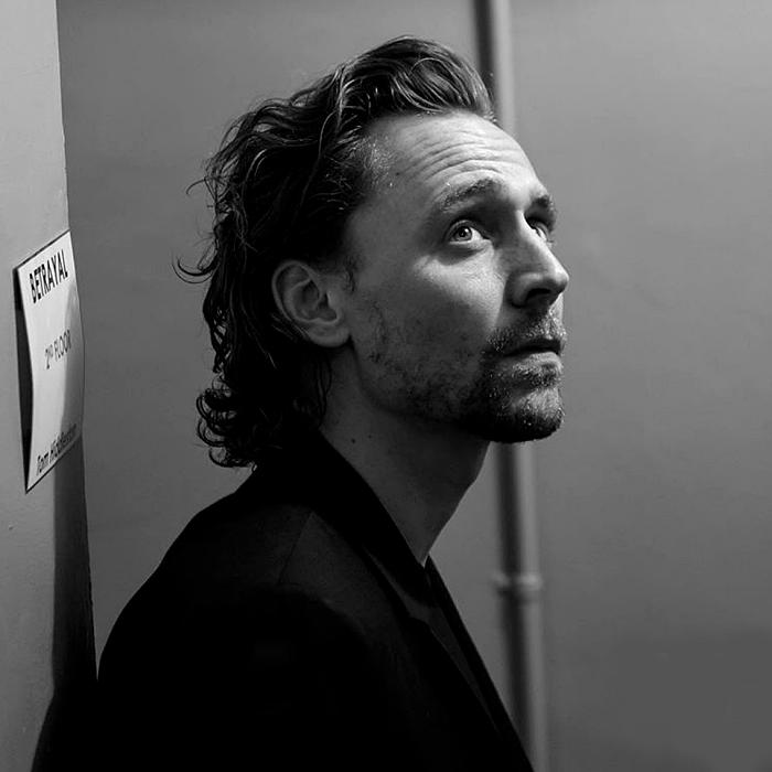 tom hiddleston con saco negro