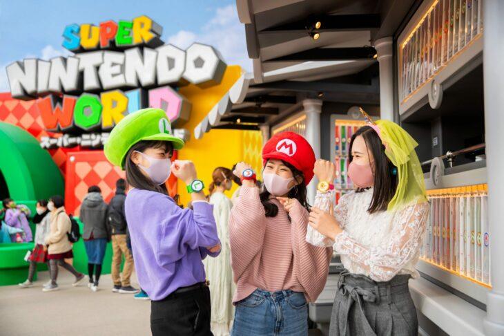 Amigas llevando pulseras al estilo Mario Bros en  Super Nintendo World