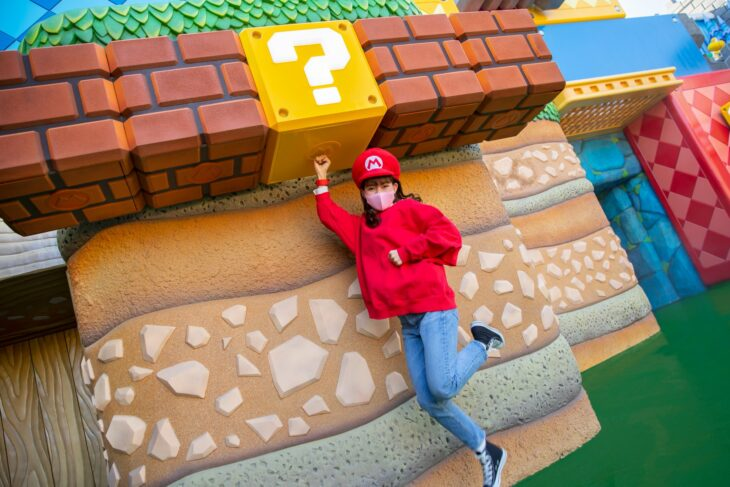 Chica tomando una foto en Super Nintendo World