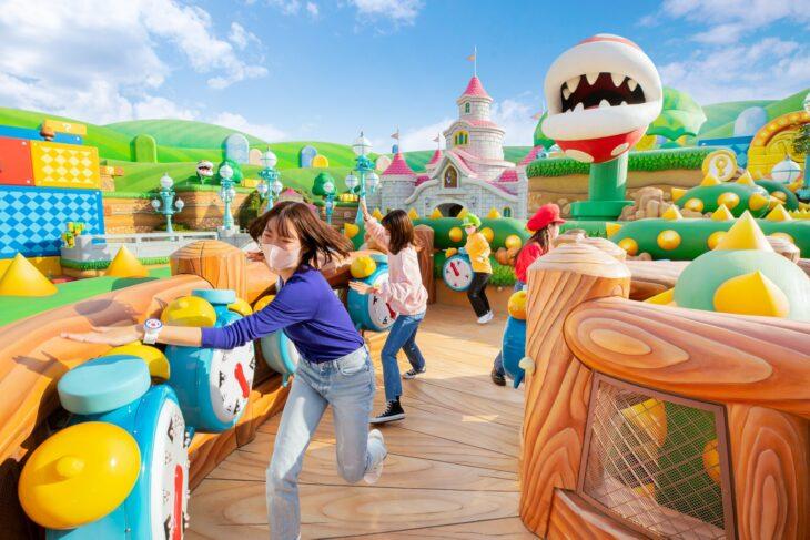 Grupo de amigas jugando en el parque de tracciones de Super Nintendo World